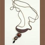 Collier en bois, résine et cordelette taupe, brun et noir