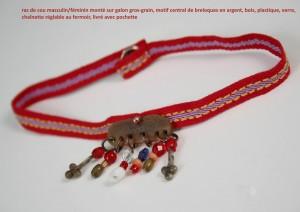 ras de cou ruban gros-grain rouge et breloques multi-rangs en argent et verre montées sur un morceau de corne