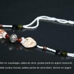 collier en petites perles, coquillages