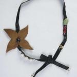collier ruban noir avec fleur en cuir doré