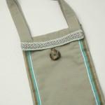 sac brun turquoise en lin, bouton en corne et pâte de verre, gansé d e satin, organza et passementerie