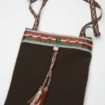 sac chocolat-vert tissu peau de pêche doublé de toile, pompons, satin, strass et boutons en passementerie