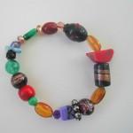 Bracelet monté sur élastique en pâte de verre multicolore