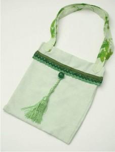 sac vert clair en lin et bandoulières en lin, pompon, gansé de croquet satin et galon passementerie