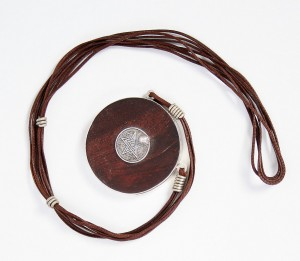 collier cuir, bois et argent
