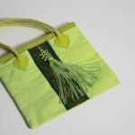 sac vert en lin doublé, satin, passementerie de fils de soie, anses en passementerie avec coeurs cuir