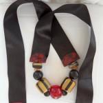 collier à gros ruban satin noir, ocre et grenat