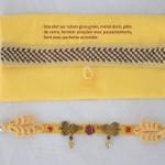 Bracelet jaune et grenat en passementerie, satin au fermoir, ruban gros grain, métal doré et grenat.