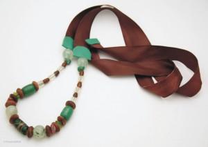 Collier à ruban satin couleurs sienne et émeraude