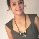 khadija porte un collier à cauris