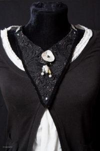 collier plastron en guipure noire