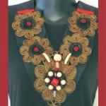 collier plastron rouge noir et or