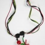 collier fluide vert, rouge et noir à rubans