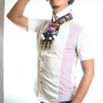 collier plastron coloré porté en pied