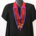 collier plastron rouge et violet