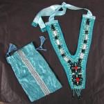 collier plastron turqouise et sa pochette