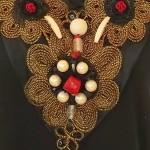 collier rouge, noir et or, détail